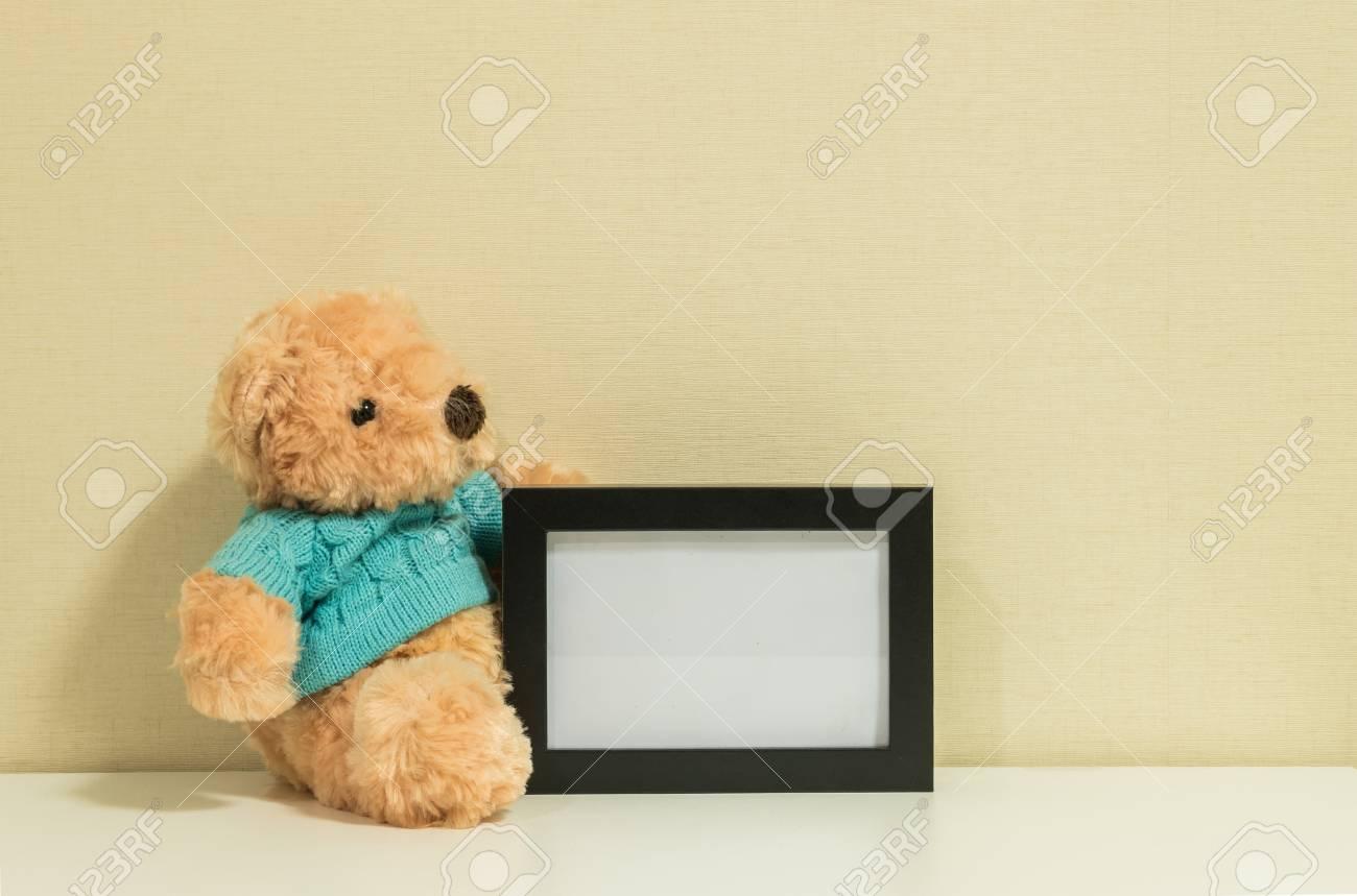 Rahmen Für Ein Foto Mit Brauner Bär Puppe An Der Wand Raum ...