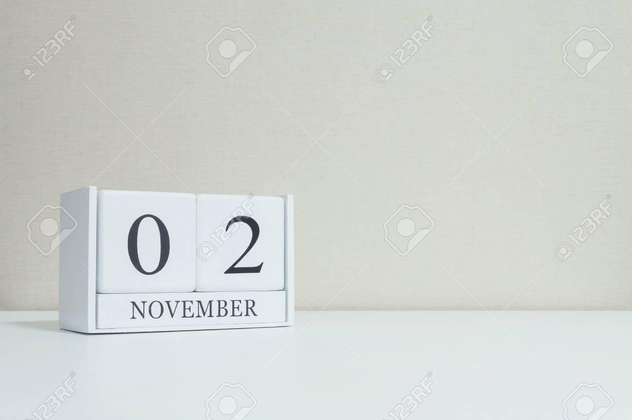 Closeup witte houten kalender met zwart november woord op wazig