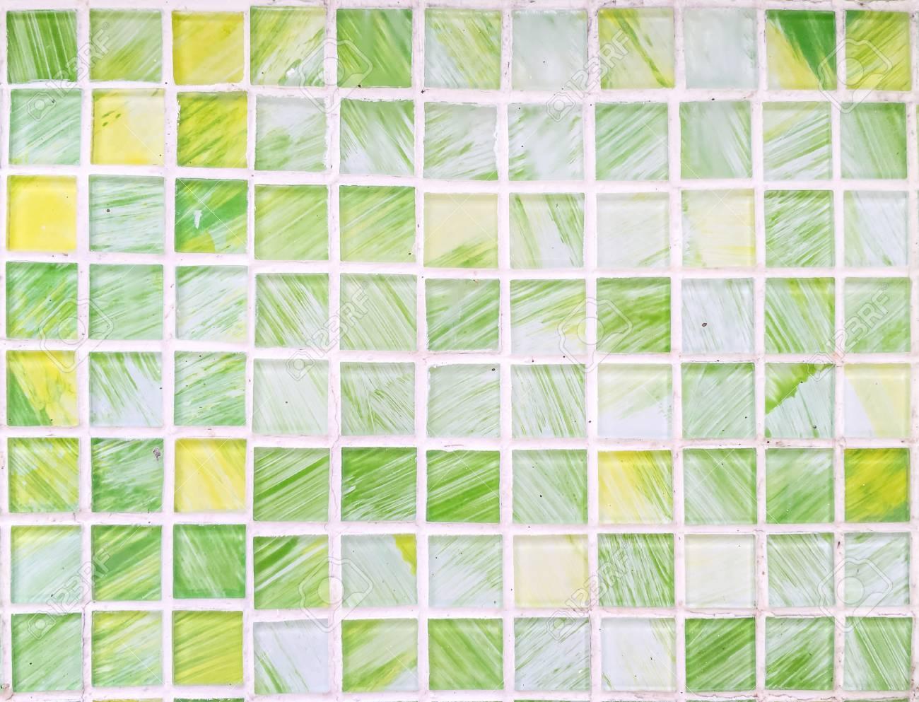 Modèle de brique surface agrandi à tuile verte et jaune abstraite dans fond  texturé de mur de salle de bain