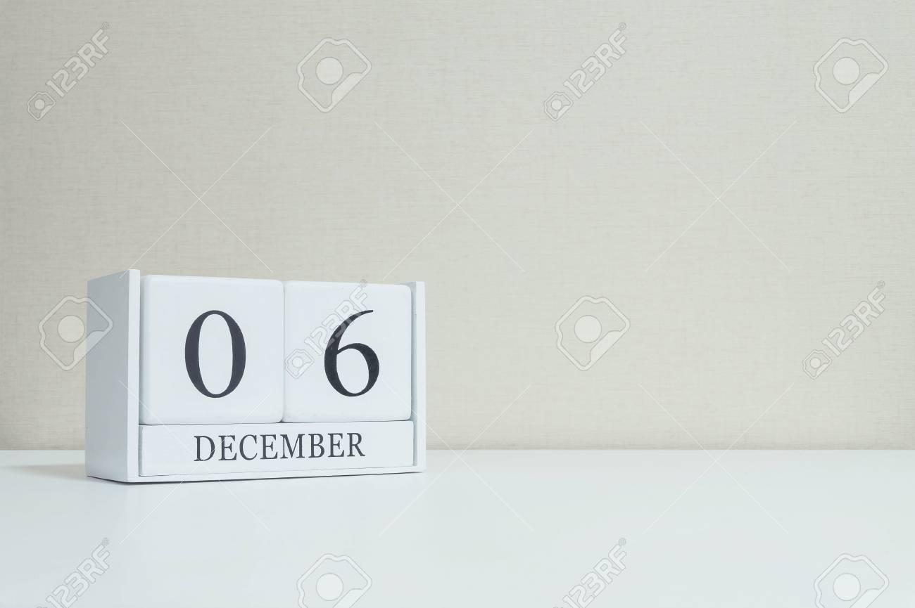 Calendrier en bois blanc closeup avec mot noir décembre sur