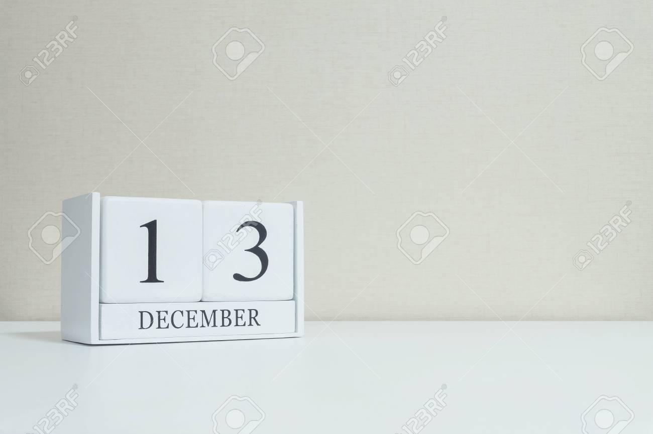 Closeup calendrier en bois blanc avec mot noir 13 décembre sur