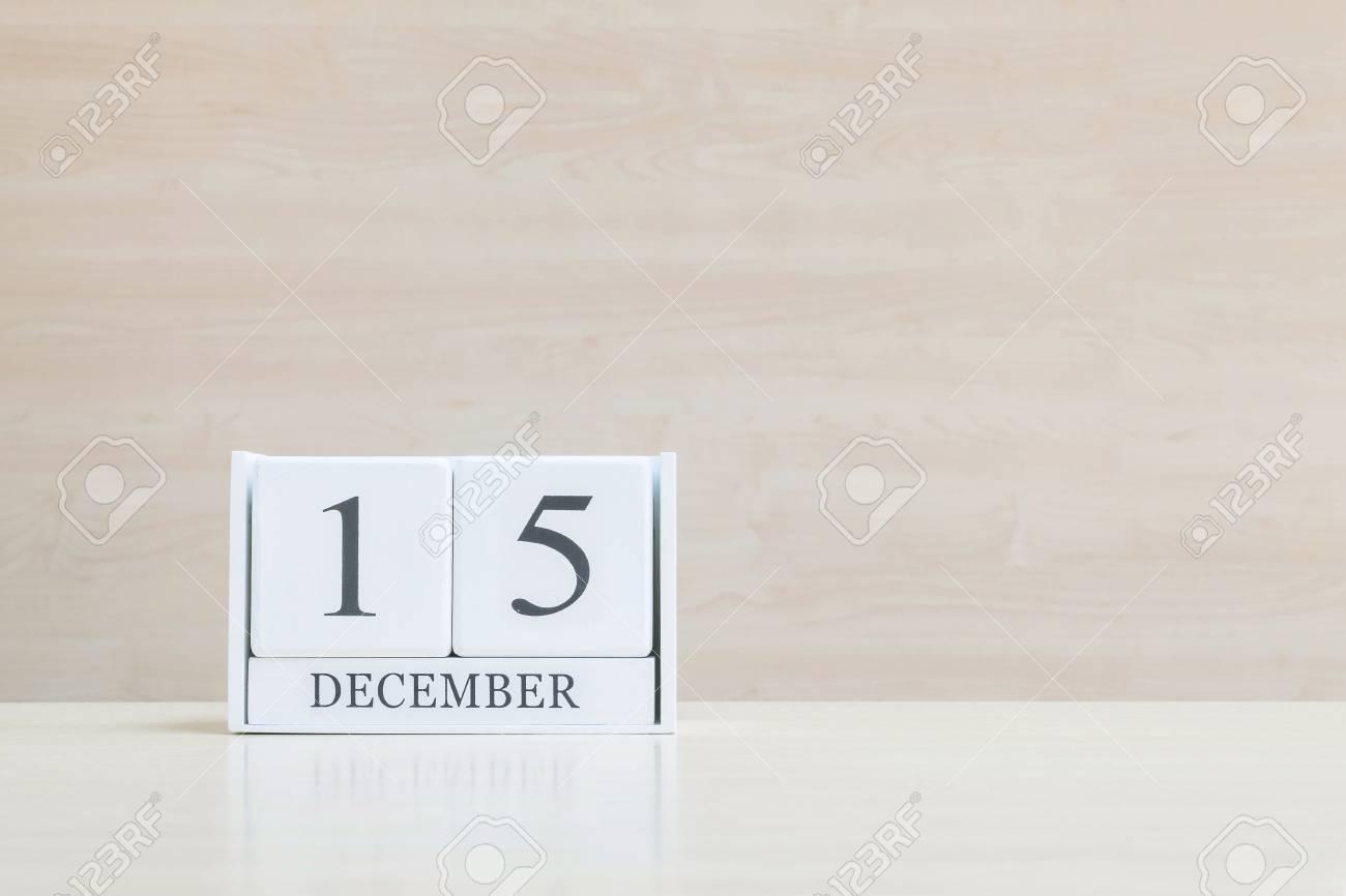 Calendrier en bois blanc surface agrandi avec mot noir décembre