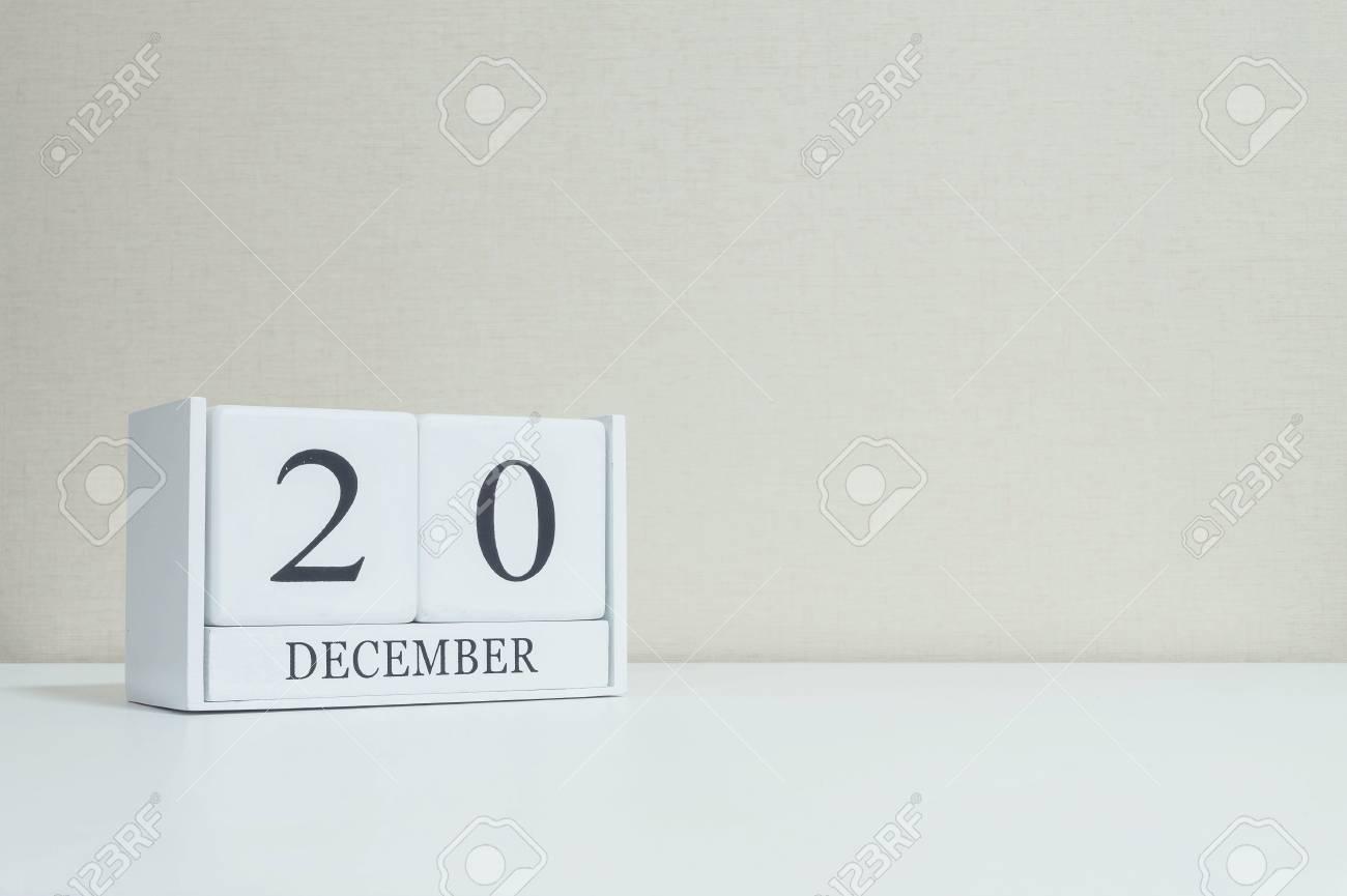 Closeup calendrier en bois blanc avec mot noir décembre sur