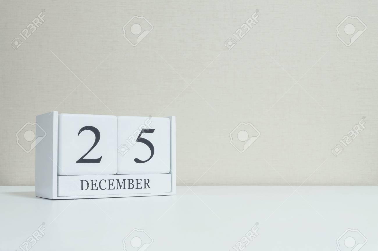 Calendrier En Bois Blanc Closeup Avec Mot Noir 25 Decembre Sur
