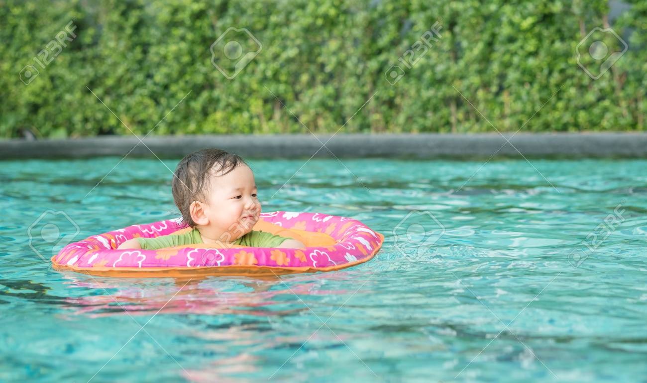 Nahaufnahme Asiatisches Baby Für Kinder Im Schwimmbad Hintergrund Mit  Lächeln Gesicht In Glücklich Emotion In Einem