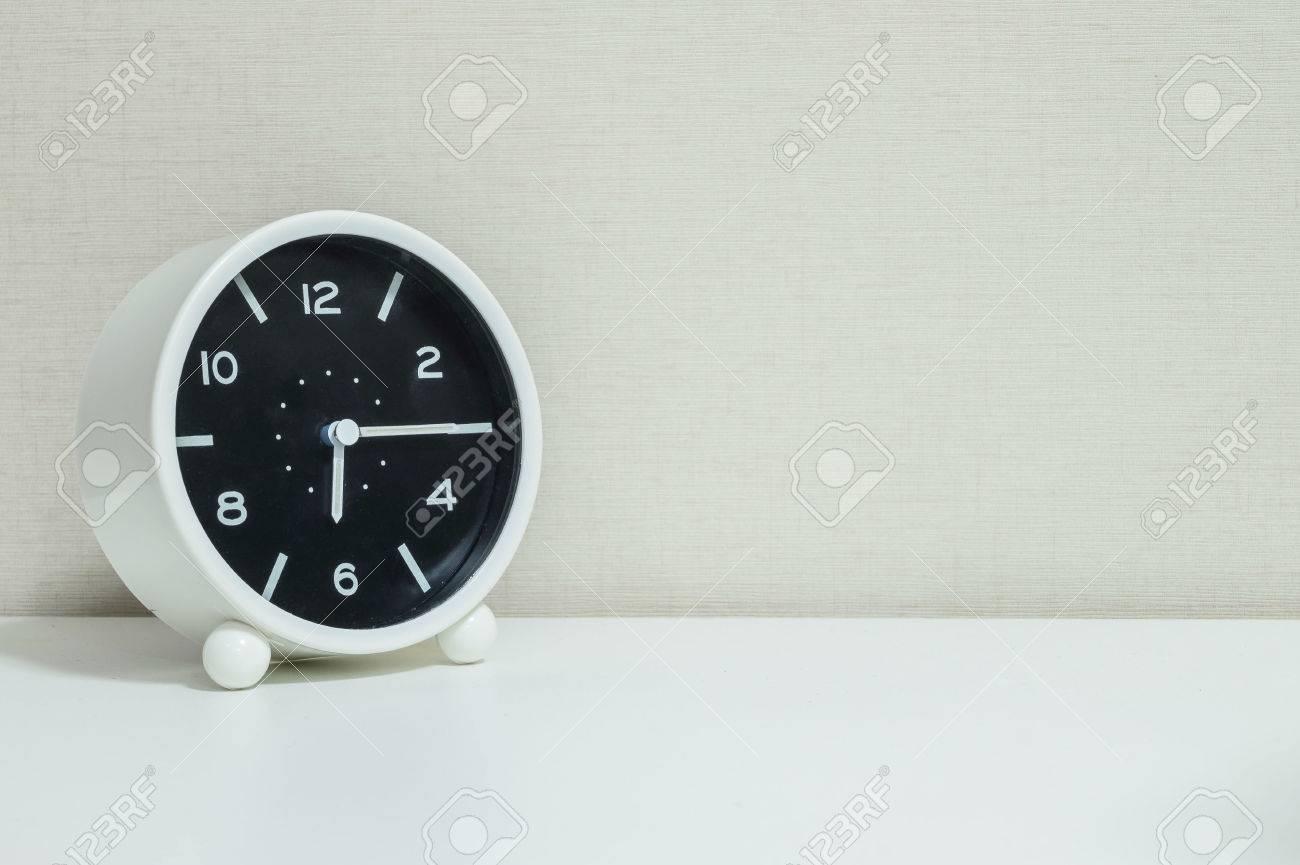 Gros plan réveil noir et blanc pour décorer montrer un quart six