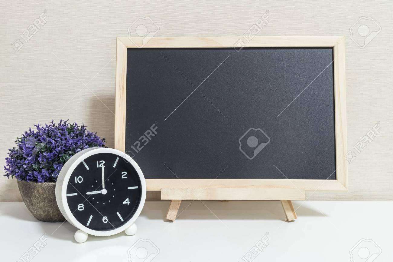 Gros plan réveil pour décorer show 9:00 avec du bois tableau noir