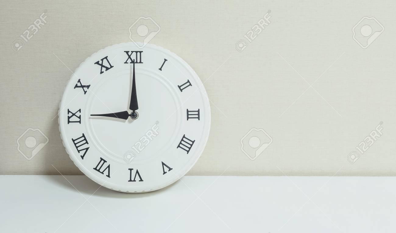 Closeup horloge blanche pour décorer spectacle 9 heures sur bureau