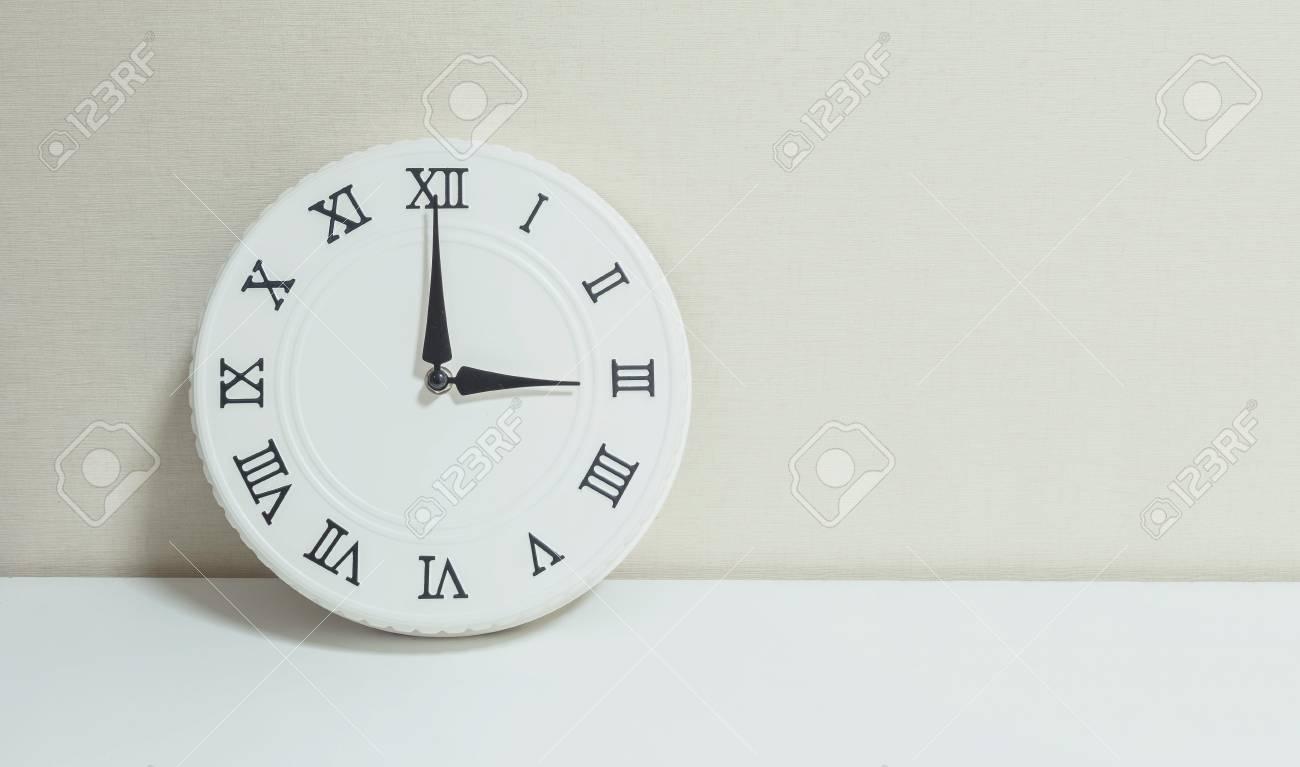 Horloge blanche closeup pour décorer spectacle heures sur un