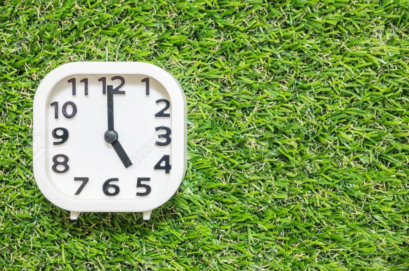 Closeup Reloj Blanco Para Decorar En 5 Horas En El Suelo De Césped ...