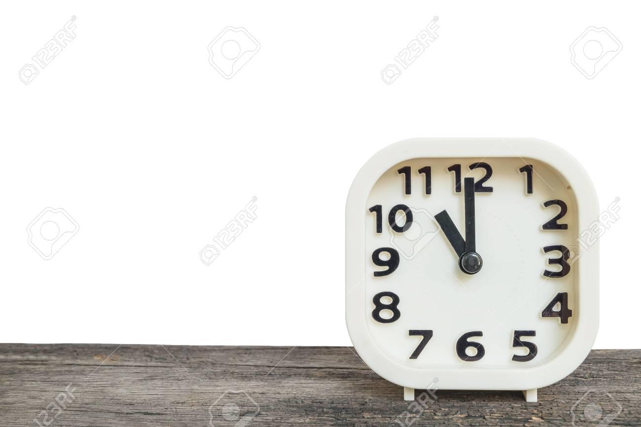 Reloj Blanco De Cerca Para Decorar En 11 Años En El Escritorio Viejo De Madera Marrón Aislado En El Fondo Blanco Con Espacio De Copia
