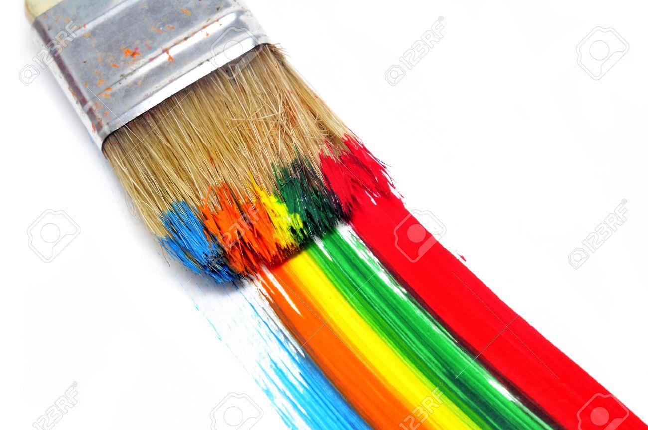pincel con pintura. un pincel con pintura y pinceladas de diferentes colores en fondo blanco foto archivo u