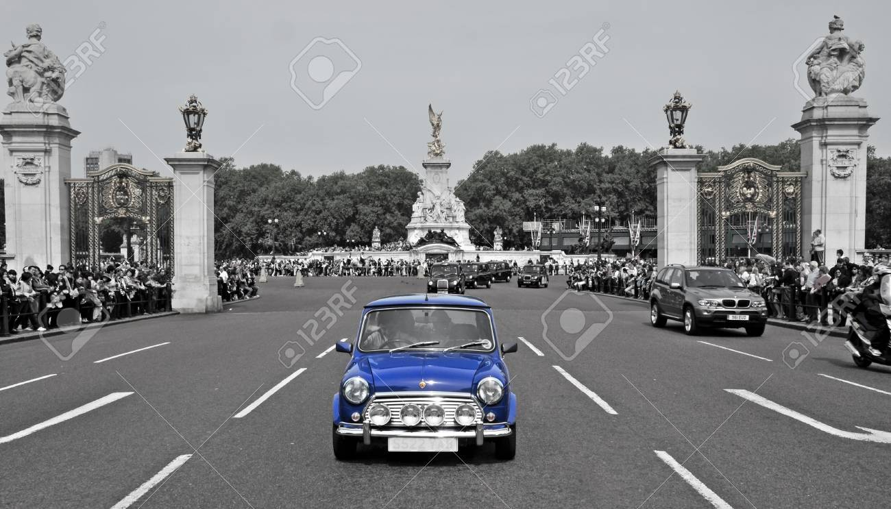 London, United Kingdom - May 6, 2011: Crowd during the Changing of the Guard in Buckingham Palace in London, UK. This is a focal point for the many thousands of tourists who visit London each year. Stock Photo - 9890953