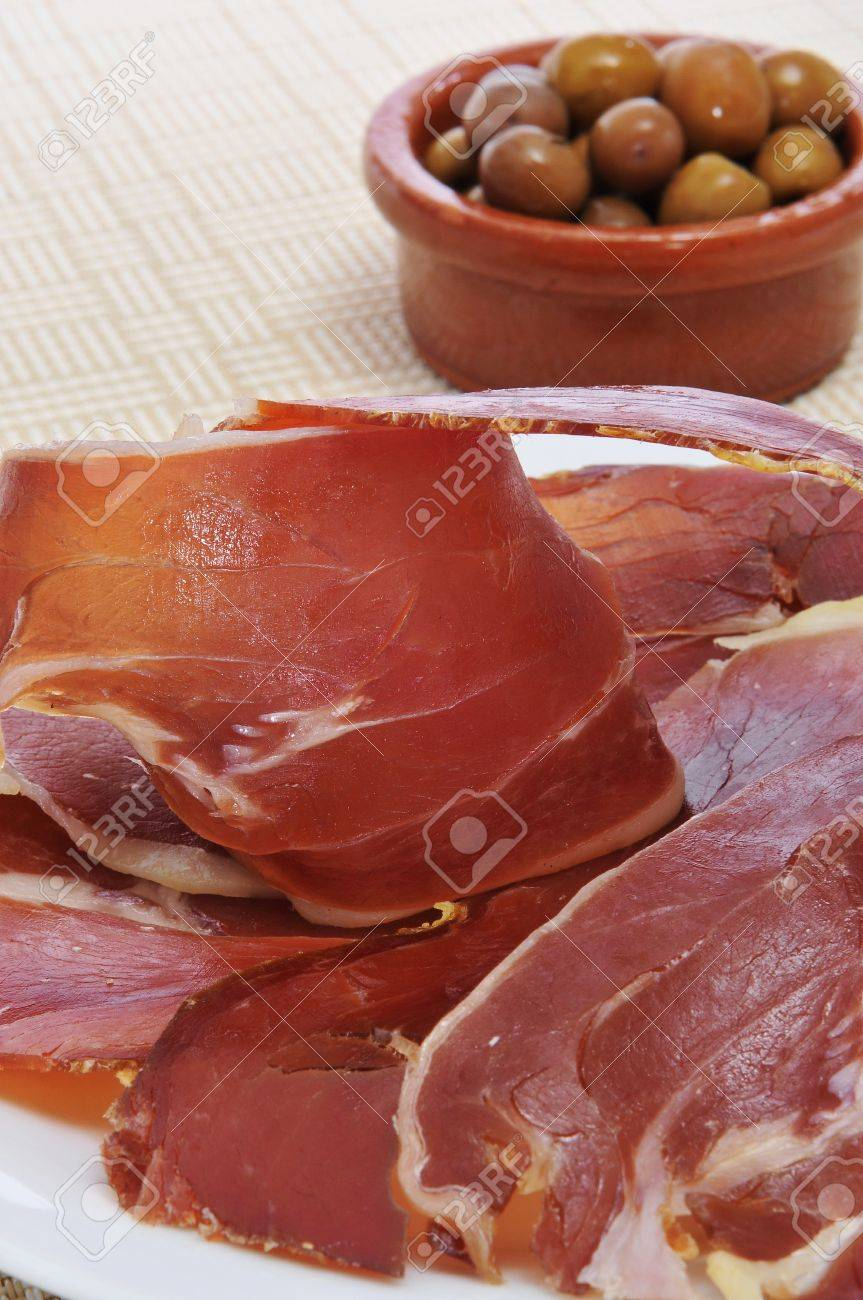 de jamón serrano típico español y tapas de aceitunas Foto de archivo - 11231927
