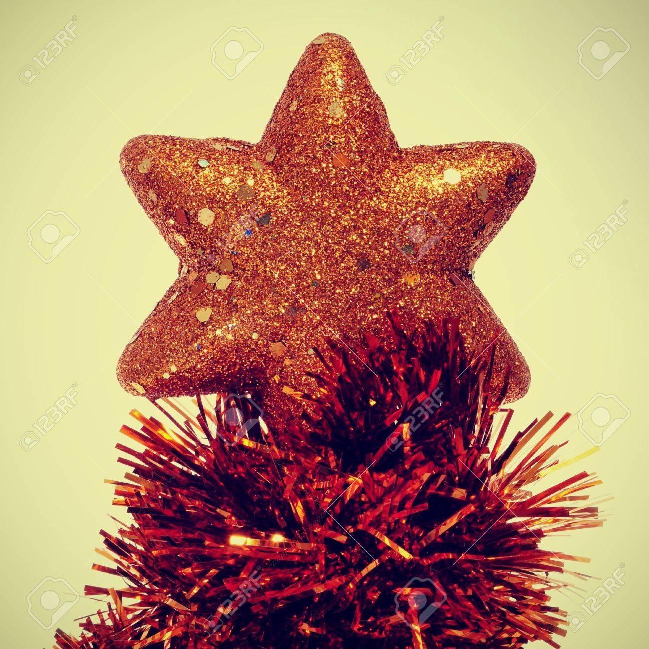 Stella Albero Di Natale Luminosa.Una Stella Luminosa Sulla Cima Di Un Albero Di Natale Con Canutiglia Un Effetto Retro