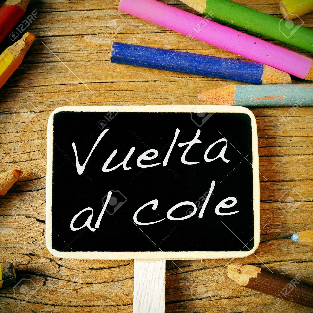 La Vuelta Al Cole Frase Lápices De Nuevo A La Escuela Escrita En Español En Una Etiqueta De Pizarra En Un Escritorio De Madera Y De Colores De
