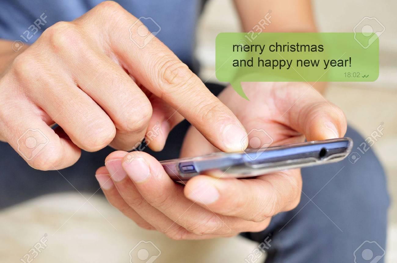 Ein Junger Mann Mit Einem Smartphone Und Der Textnachricht Frohe ...