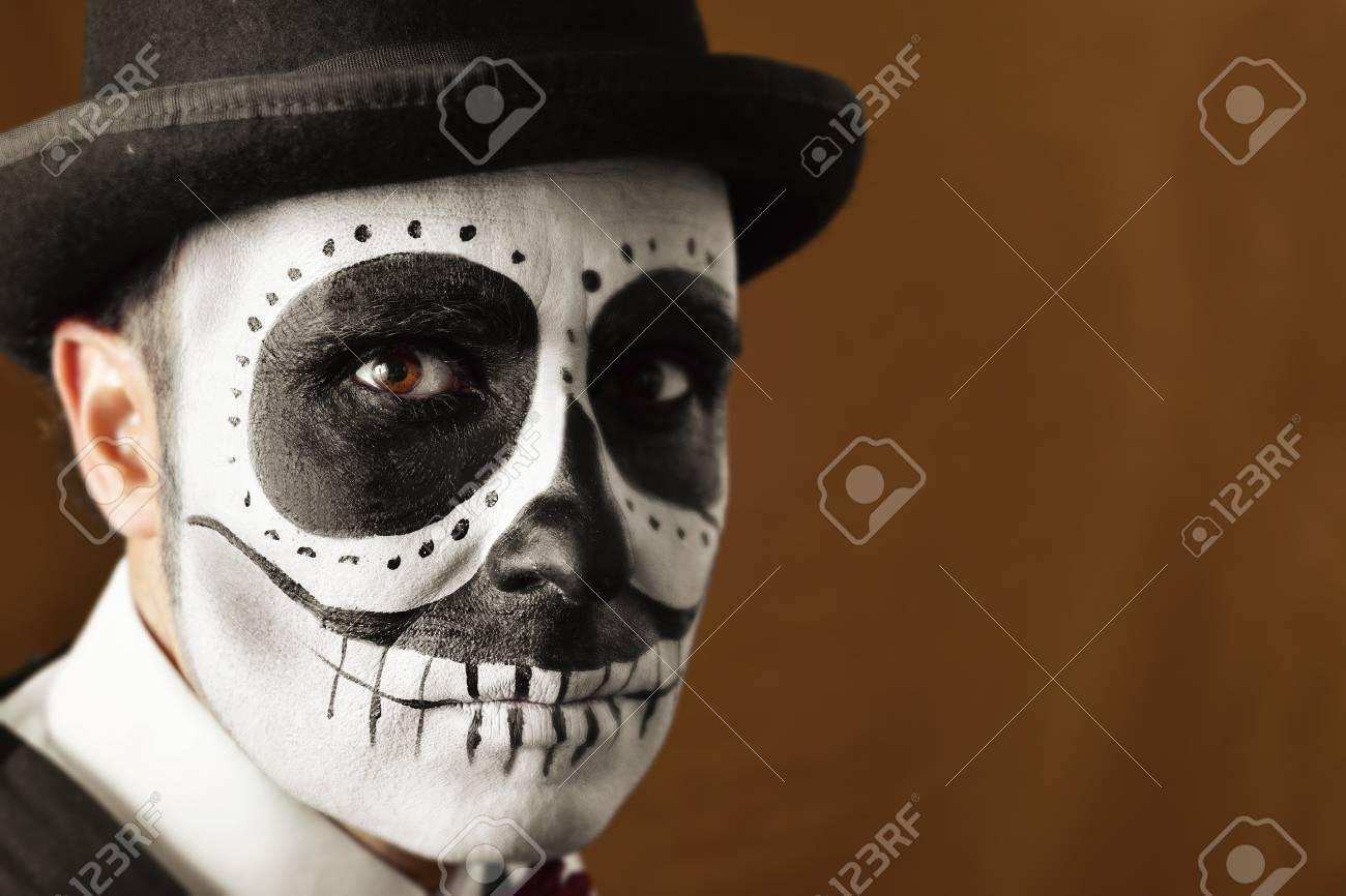 Foto de archivo - Retrato de un hombre con el maquillaje de calaveras ccc5ff4eb04