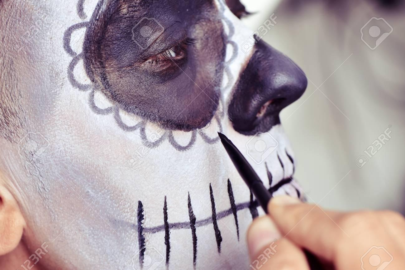 Foto de archivo - Primer plano de un hombre joven que componen a sí mismo  como un cráneo del azúcar mexicano d1eafa63bbf