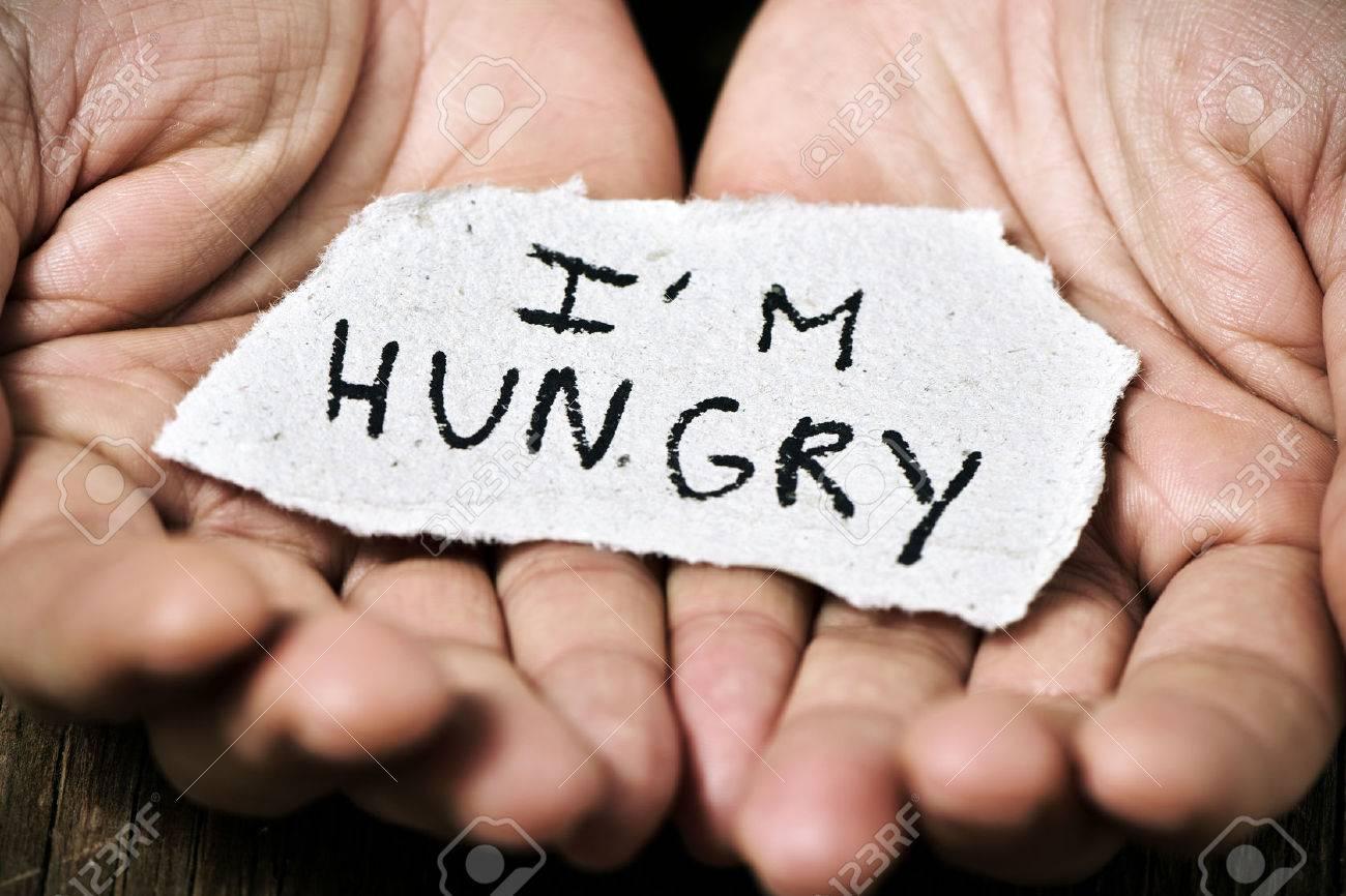 gros plan d'un morceau de papier avec le texte que j'ai faim dans les mains d'un homme caucasien Banque d'images - 50253093