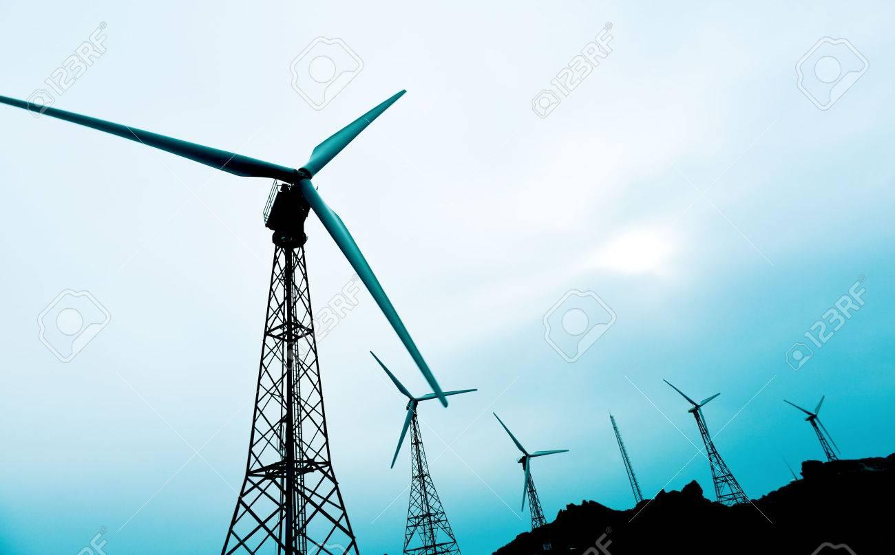 quelques éoliennes dans un parc éolien, dans un jour nuageux Banque d'images - 51014873