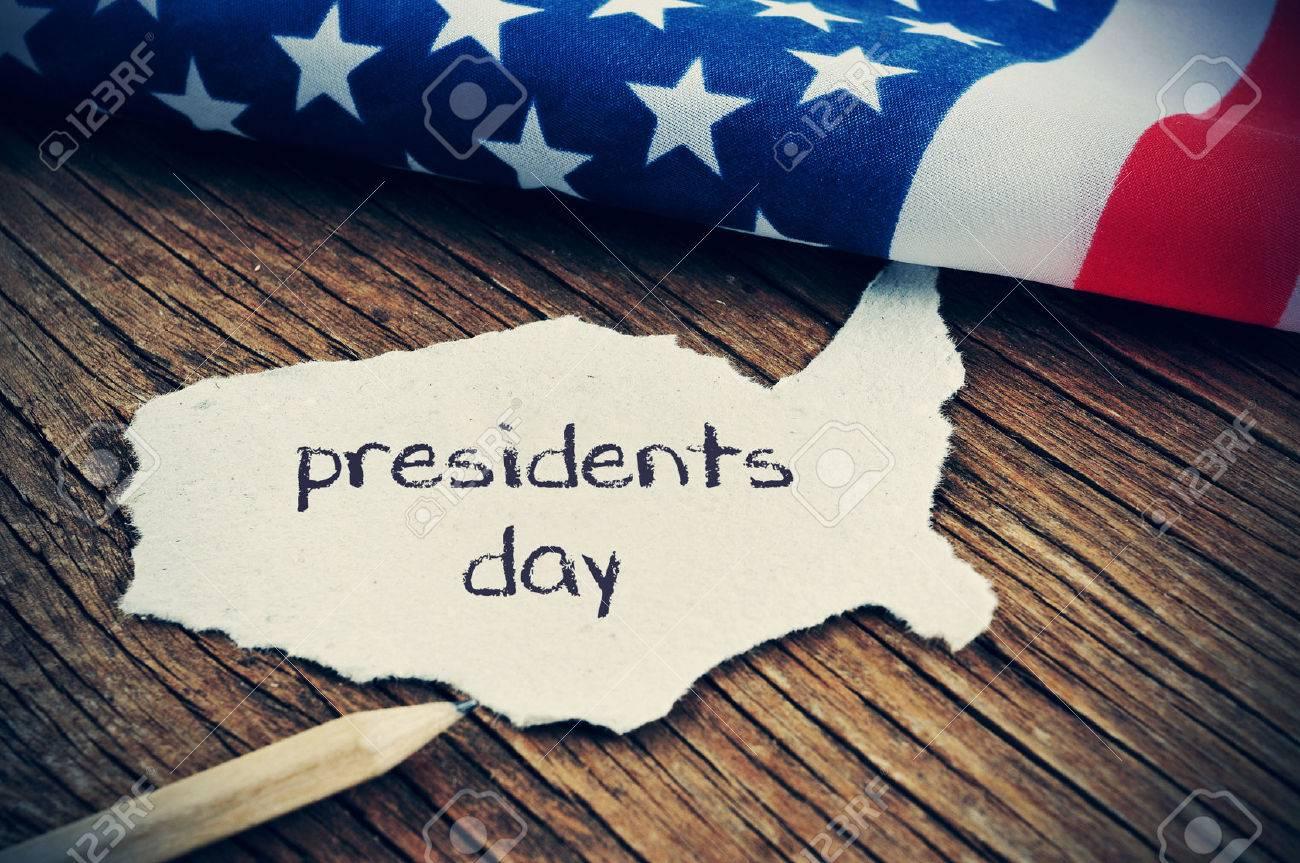 un morceau de papier dans la forme des États-Unis avec le jour des présidents de mots écrits en elle, placée sur un fond en bois à côté du drapeau des États-Unis, avec une légère vignette ajouté Banque d'images - 52735025