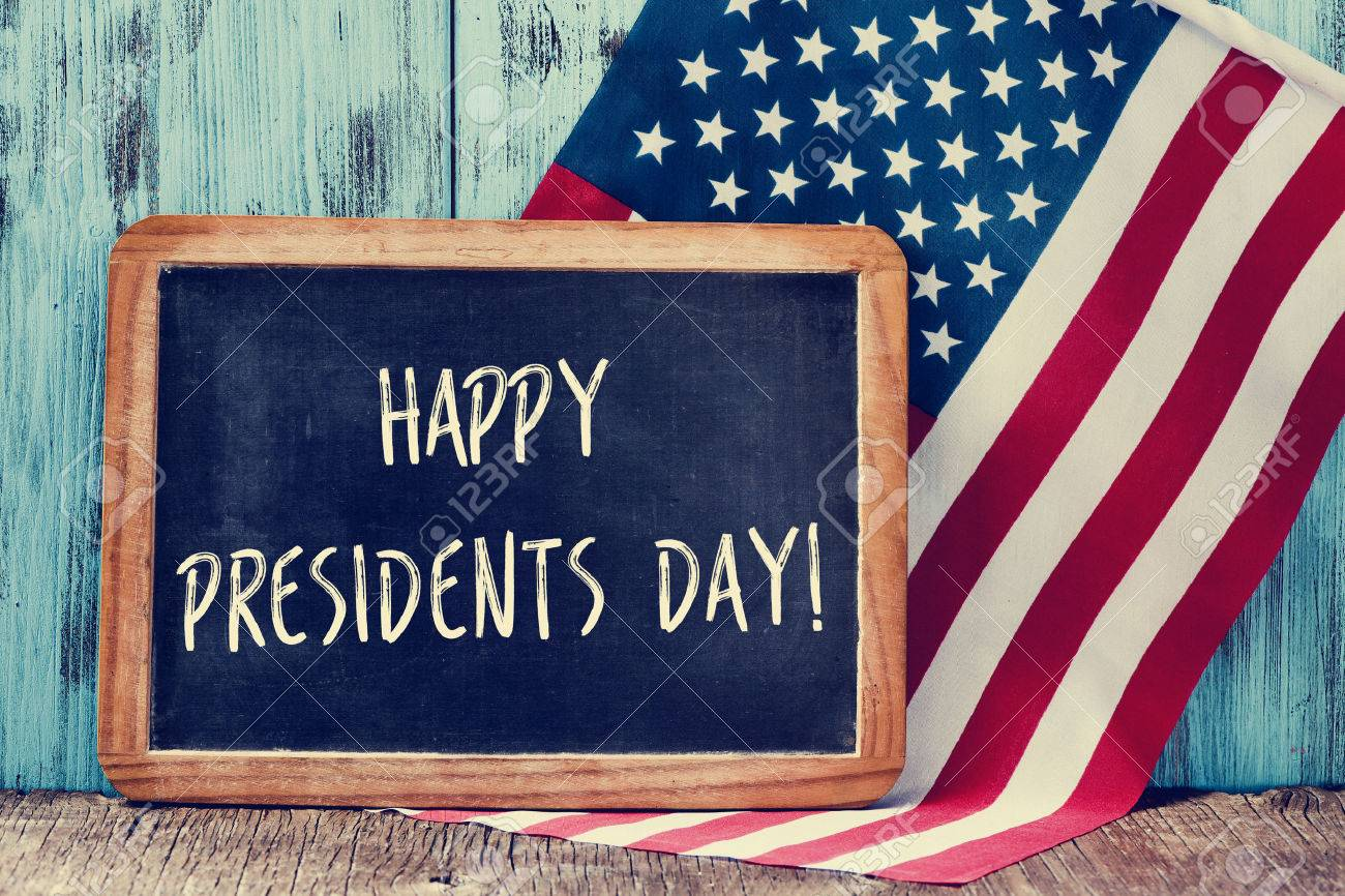 the text happy presidents day written in a chalkboard and a flag of the United States, on a rustic wooden background Banque d'images - 52735028
