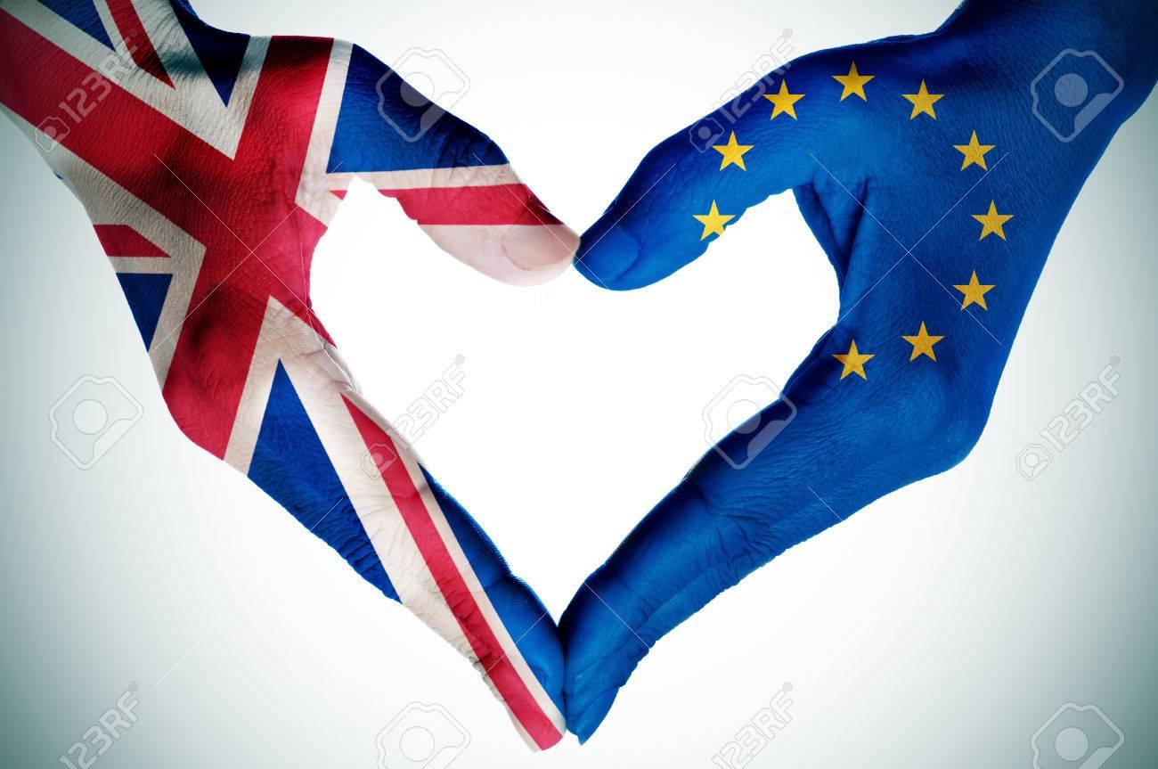 les mains d'une jeune femme à motifs avec le drapeau du Royaume-Uni et la Communauté européenne formant un coeur, avec une vignette ajouté Banque d'images - 54039168