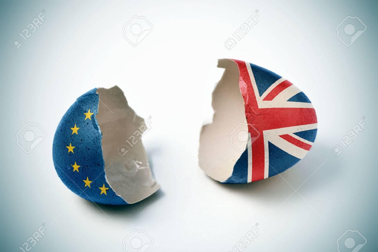 les deux moitiés d'une coquille fissurée, on modelés avec le drapeau de la Communauté européenne et l'autre motif avec le drapeau du Royaume-Uni Banque d'images - 57433528