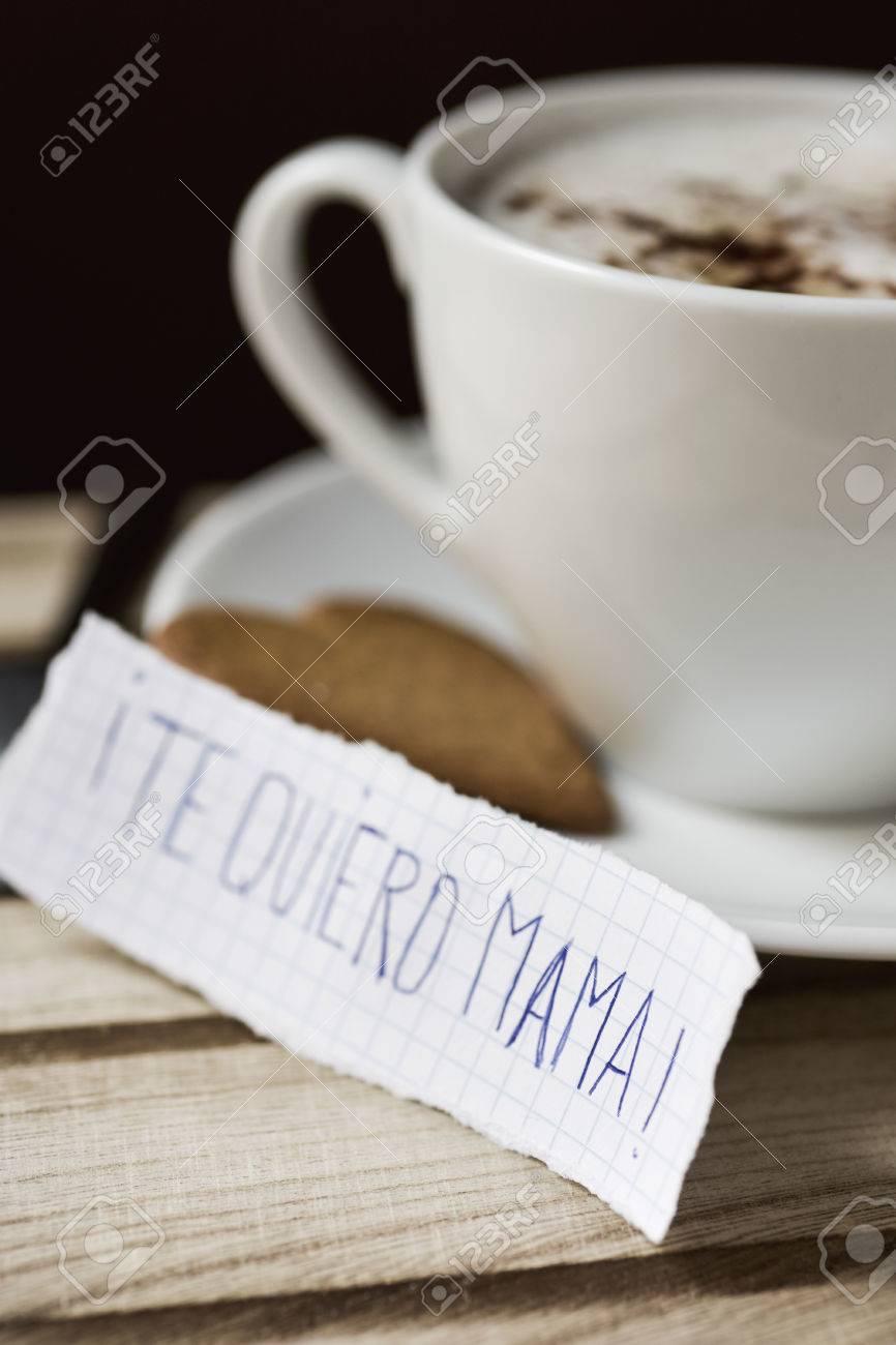 Gros Plan Dun Morceau De Papier Avec Le Texte Te Quiero Maman Je Taime Maman écrit En Espagnol à Côté Dune Tasse Avec Cappuccino