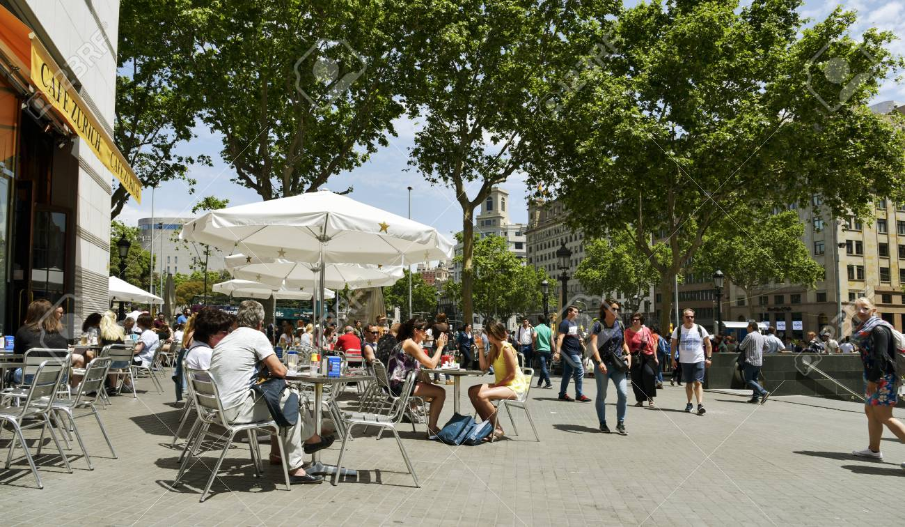 Barcelona España 22 De Mayo De 2017 Ambiente En La Terraza Del Café Zurich Al Lado De Placa De Catalunya En Barcelona España Este Popular Café
