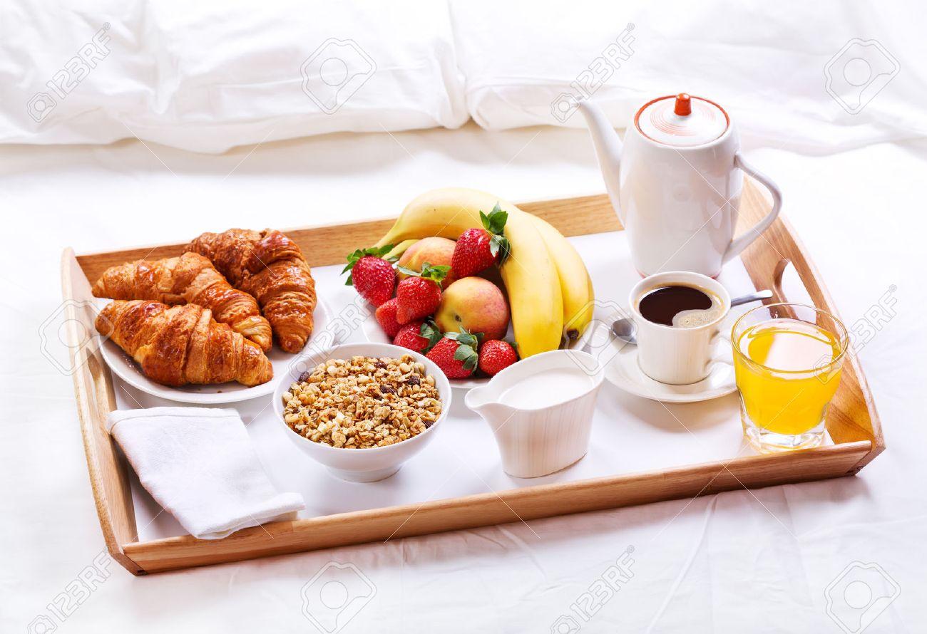 Frühstück Am Bett frühstück im bett. tablett mit kaffee, croissants, müsli und obst