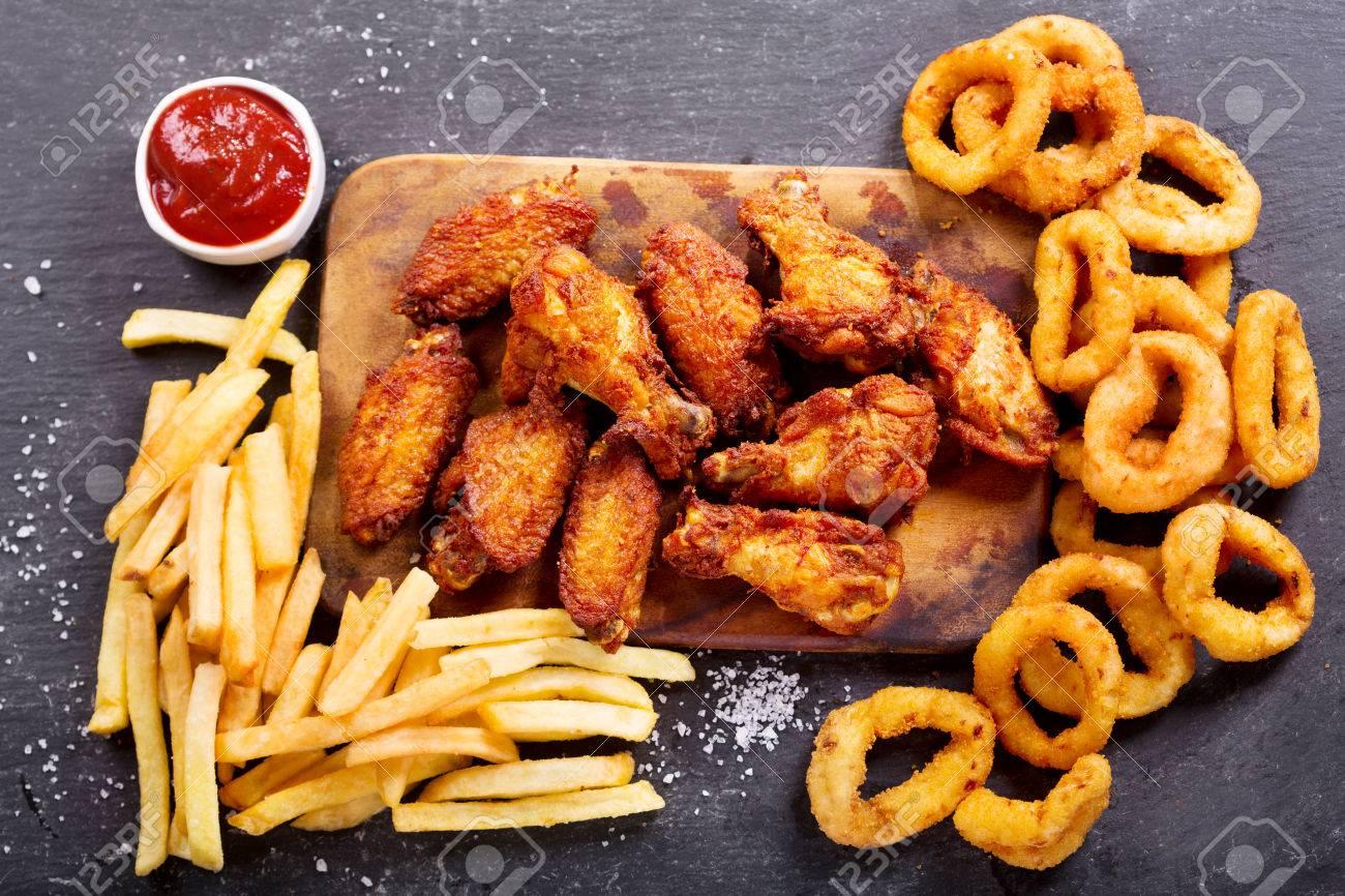 Mejores discos de lo que llevamos de 2018 - Página 6 73172806-productos-de-comida-rápida-aros-de-cebolla-papas-fritas-y-pollo-frito-en-la-mesa-oscura-vista-superior