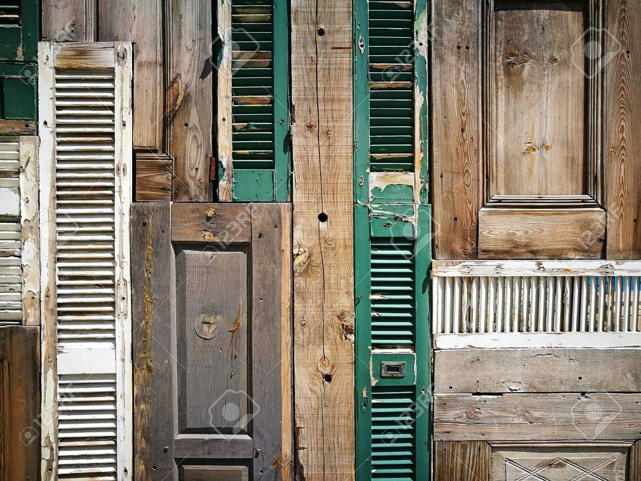 Rivista Porte E Finestre vecchie porte e finestre di legno su una facciata nella vecchia città di  alacati nella provincia di smirne in turchia