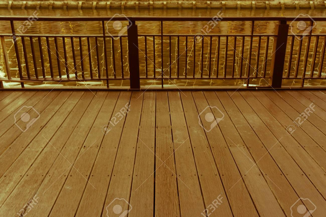 Piso De Madera Y Terraza Junto Al Río