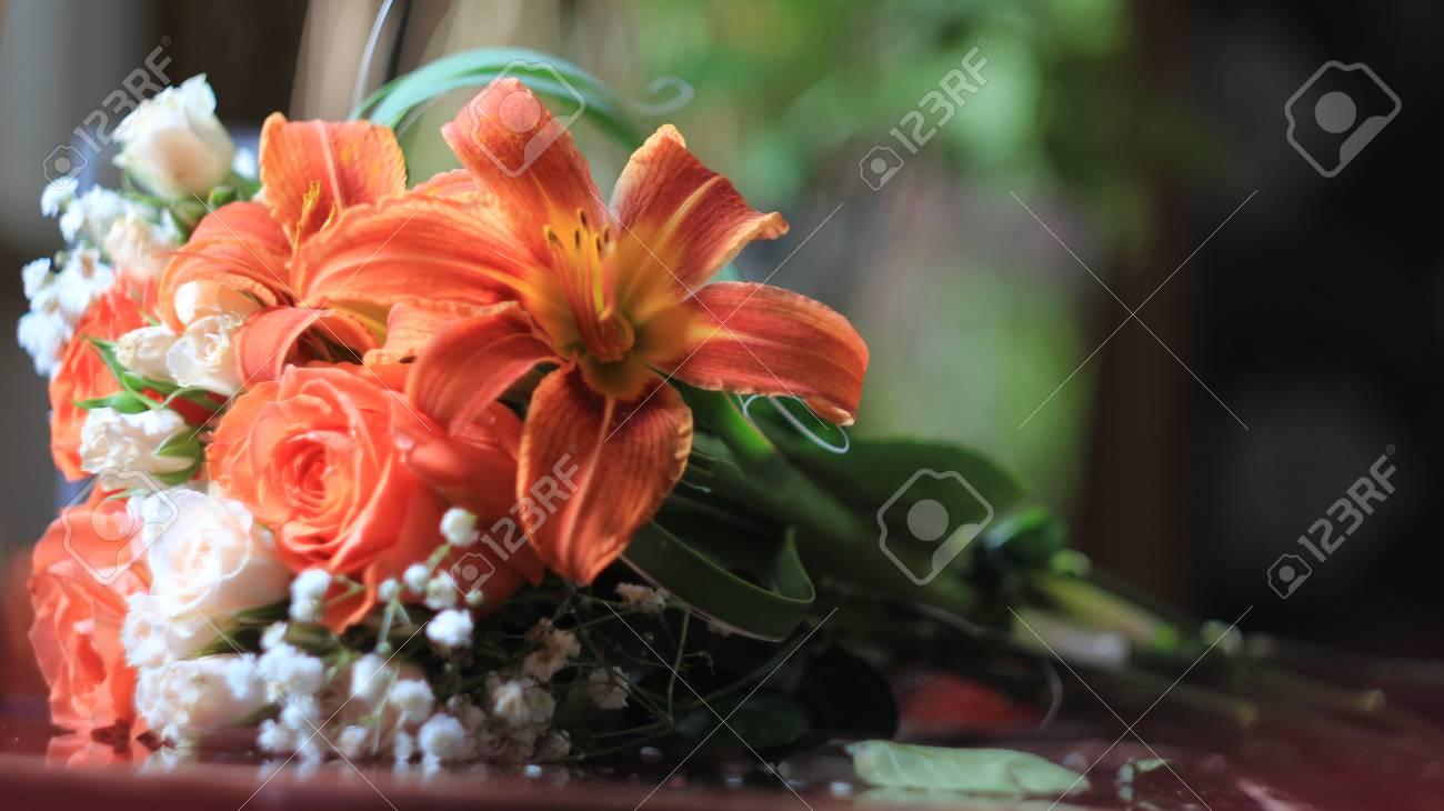 Vorbereitung Von Hochzeitsstrauss Rosen Und Lilien Auf Dem Tisch