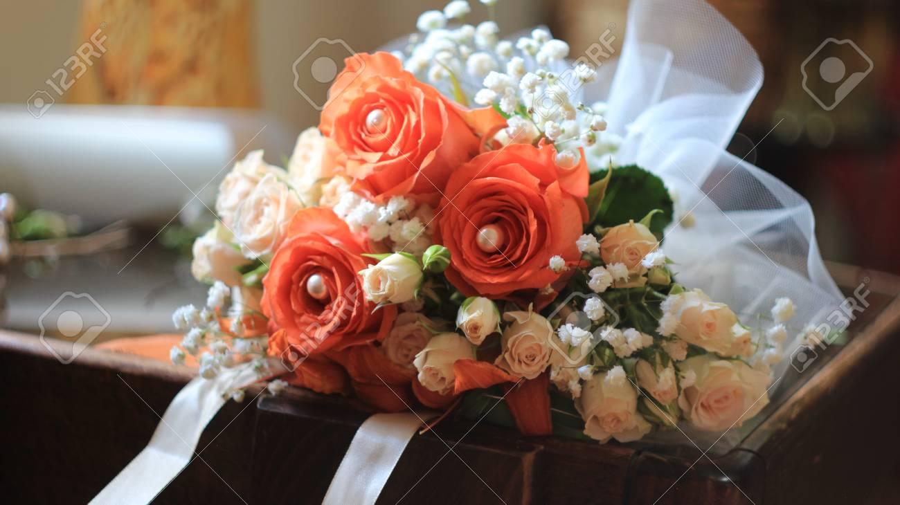 Wunderschoner Brautstrauss Mit Orangen Rosen Lilien Perlen Weissem