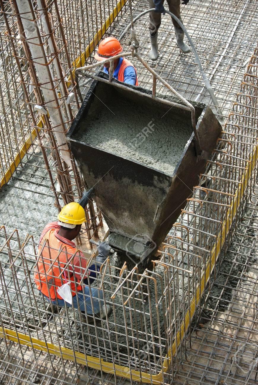 Gruppe Der Bauarbeiter Giessen Boden Bodenplatte Lizenzfreie Fotos