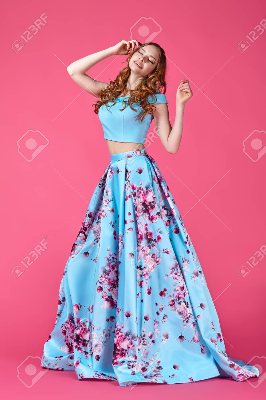 Moda Retrato De Una Niña En Un Vestido Brillante Sobre Un Fondo De ...