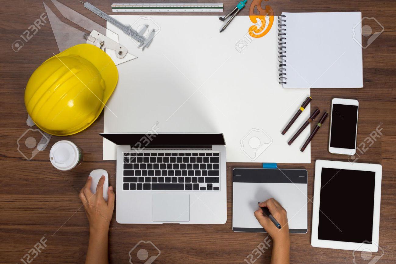 Fesselnd Büro Schreibtisch Hintergrund Hand Mit Maus Stift Bauvorhaben Ideen Konzept  Mit Laptop