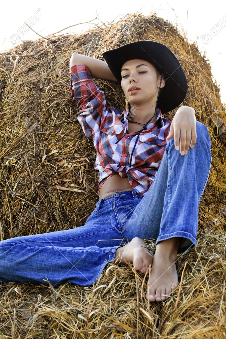 https://previews.123rf.com/images/nobilior/nobilior1107/nobilior110700132/10075648-Beautiful-Country-Girl-Stock-Photo-barefoot-jeans-girl.jpg