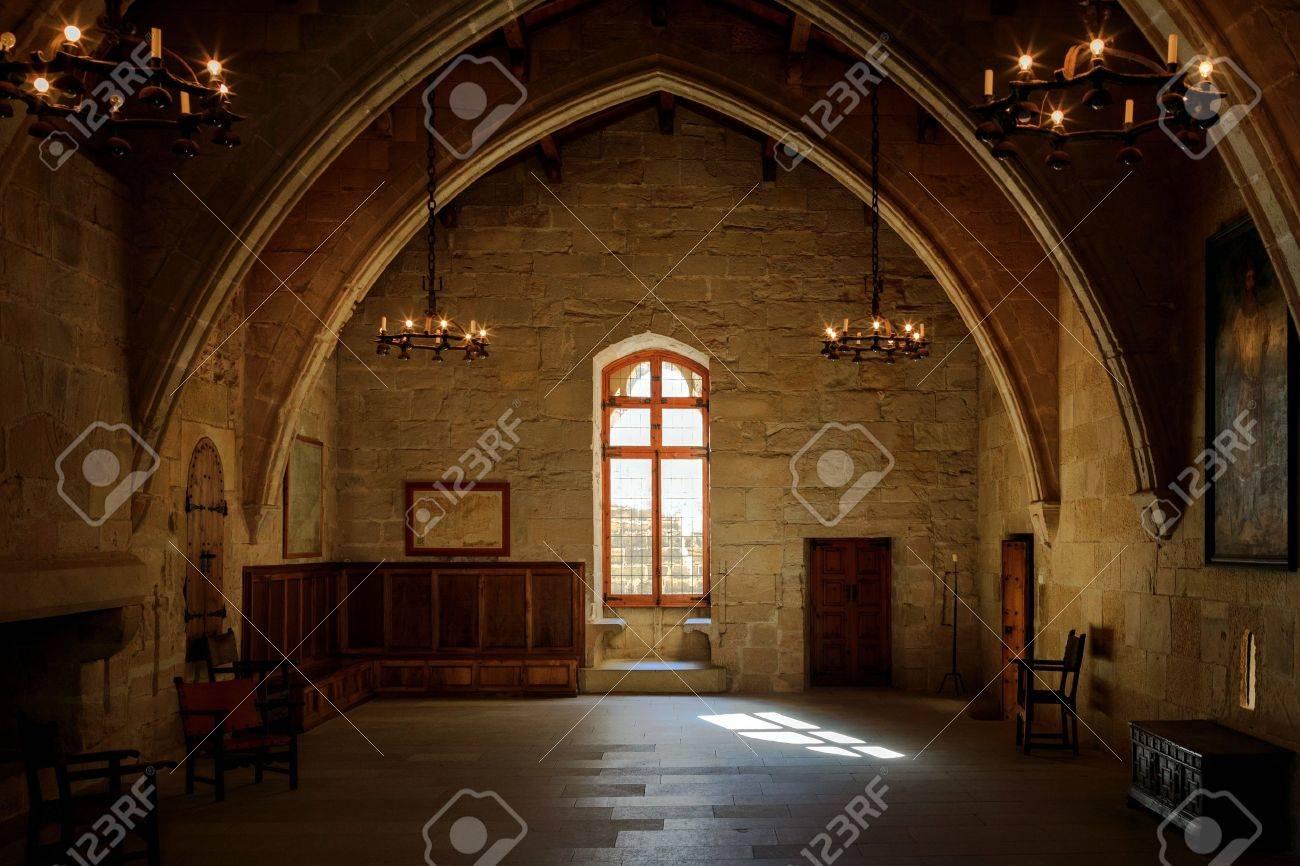 Sombre Ancienne Chambre Dans Le Cloître De Poblet Avec Vitrail Et ...