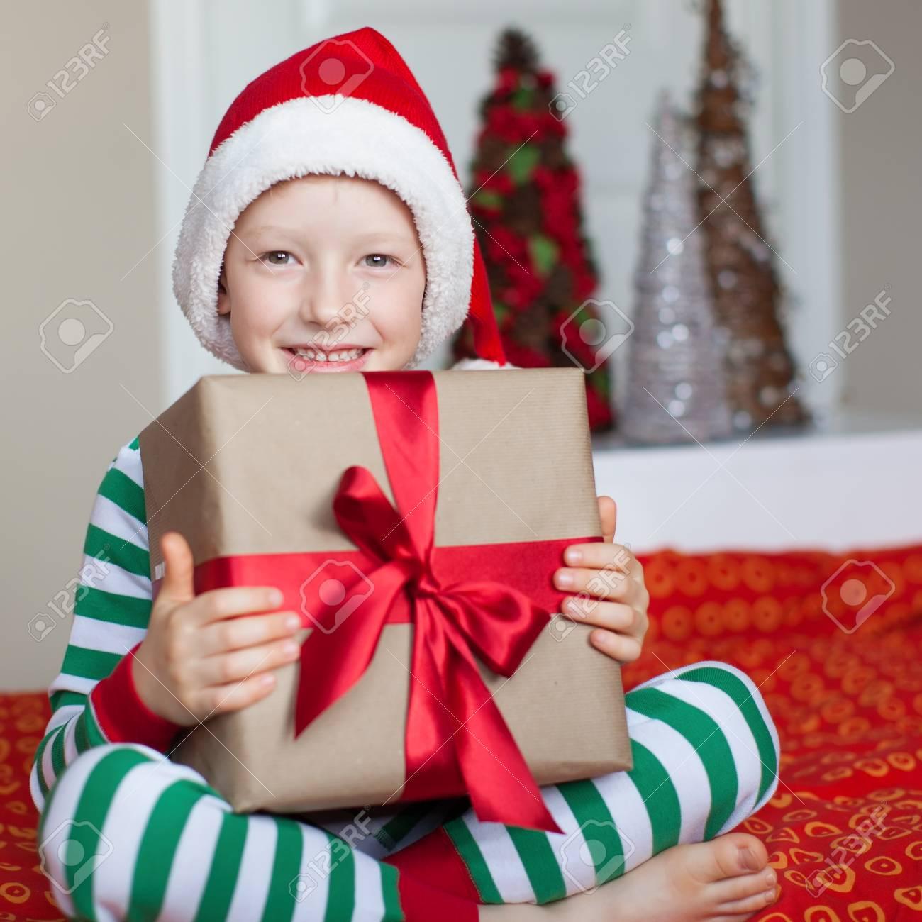 Kleiner Lächelnder Junge Im Hut Betrieb Weihnachtsgeschenk Sankt ...