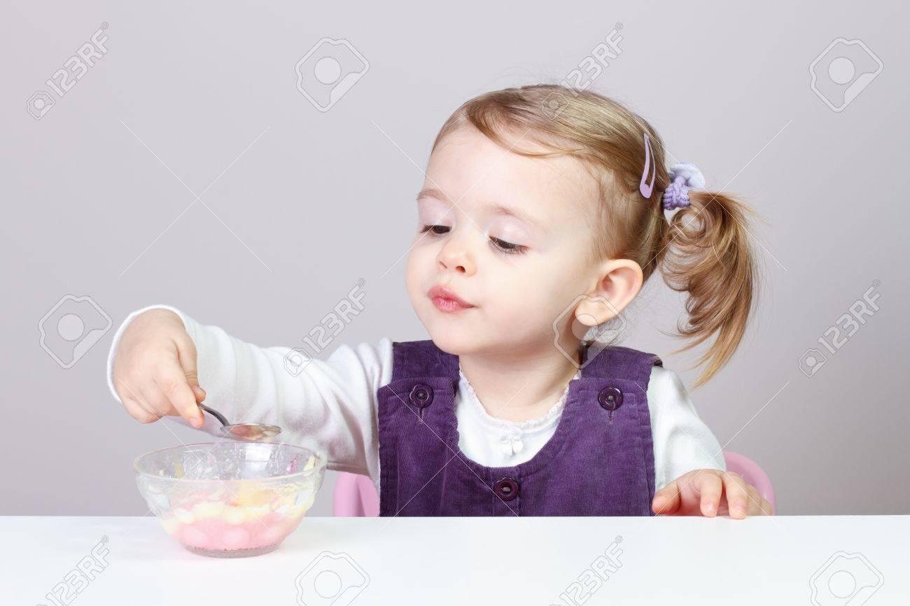 0844a763286e9 24 meses de edad niña adorable pequeño bebé que se divierten mientras que  comer comida triturada