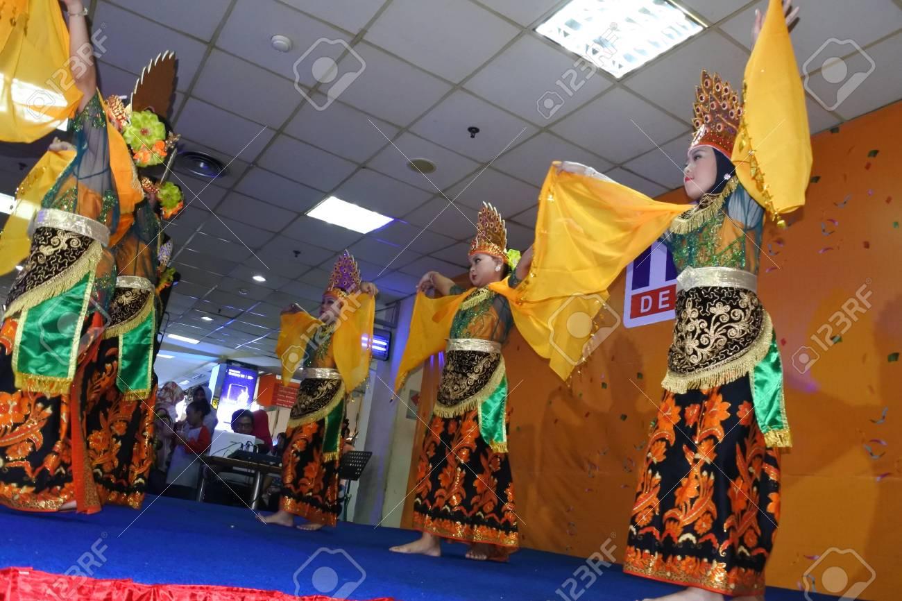 Depok 5 November 2017 Girls Performing Traditional Indonesian
