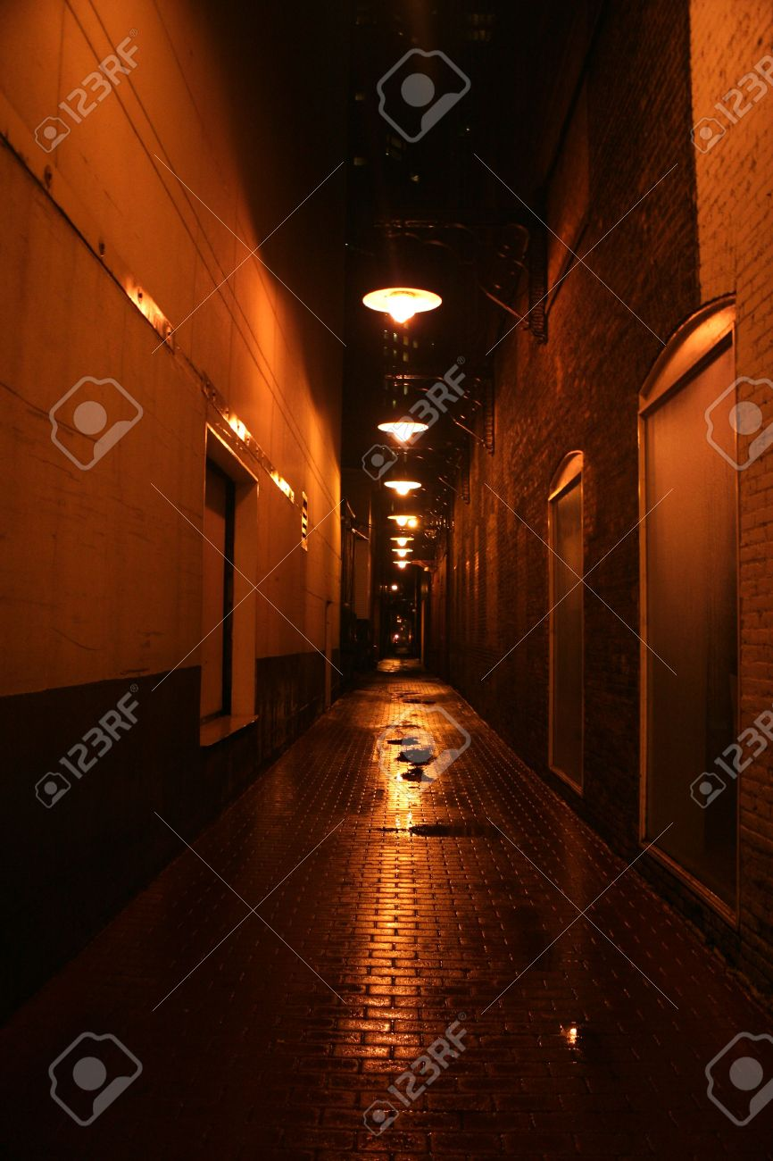 narrow alley at night in downtown Chicago Stock Photo - 4114163