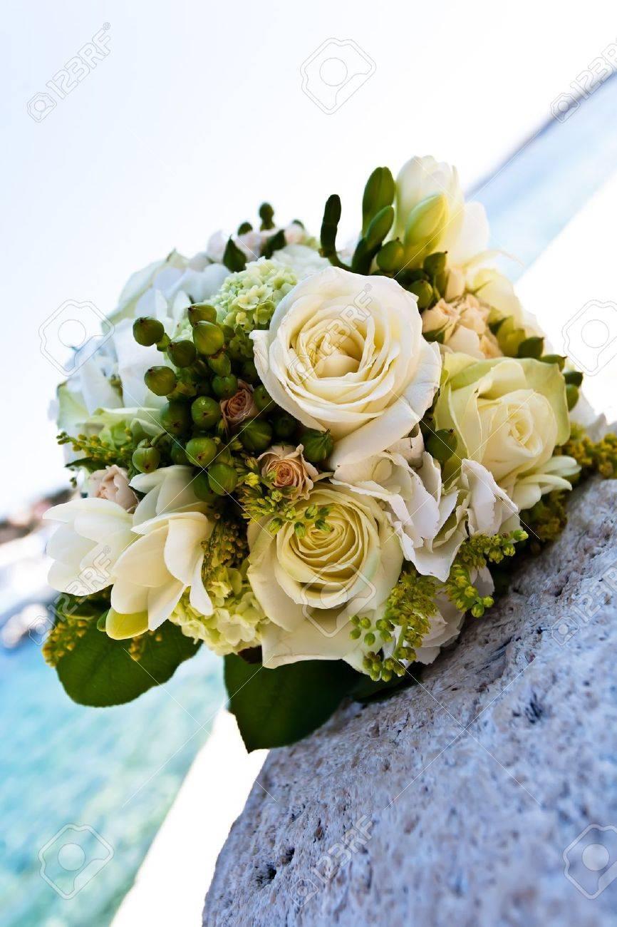 Un Bouquet Rose Blanche Portant Sur Un Rocher Pres De L Ocean