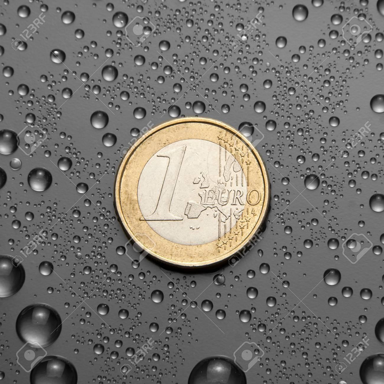 Eine Euromünze Mit Wassertropfen Lizenzfreie Fotos Bilder Und Stock