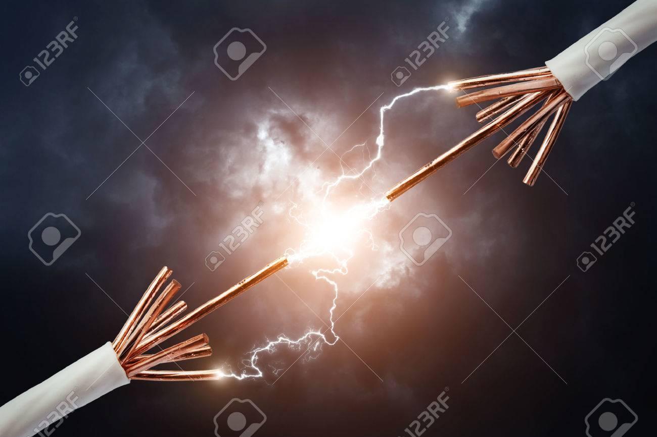 Elektrische Kabel Mit Glühenden Strom Blitz Lizenzfreie Fotos ...