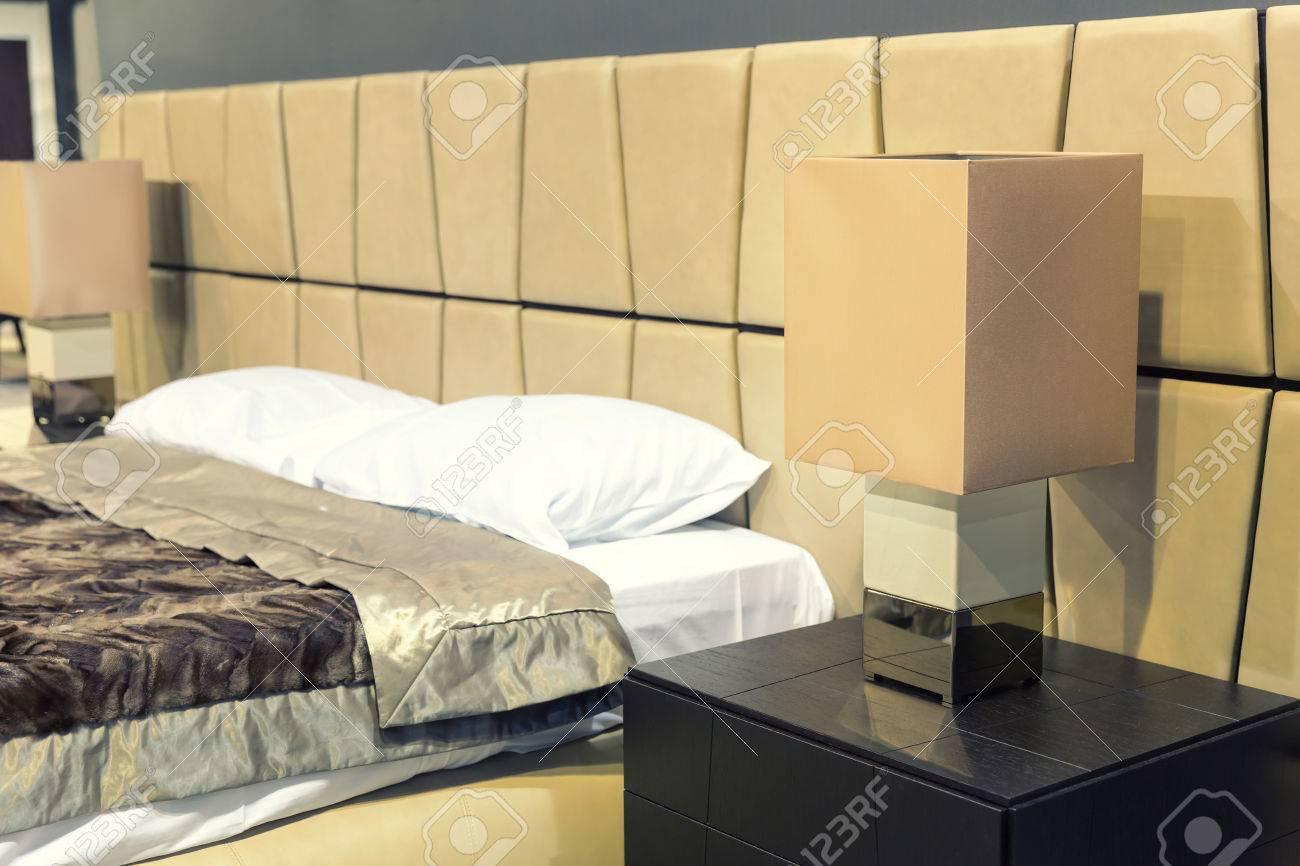 Schönes Doppelbett In Schönes Schlafzimmer Nachttisch In Der Nähe ...